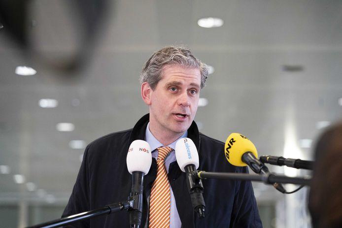 Burgemeester Wouter Kolff van Dordrecht staat de pers te woord na een eerder Veiligheidsberaad.