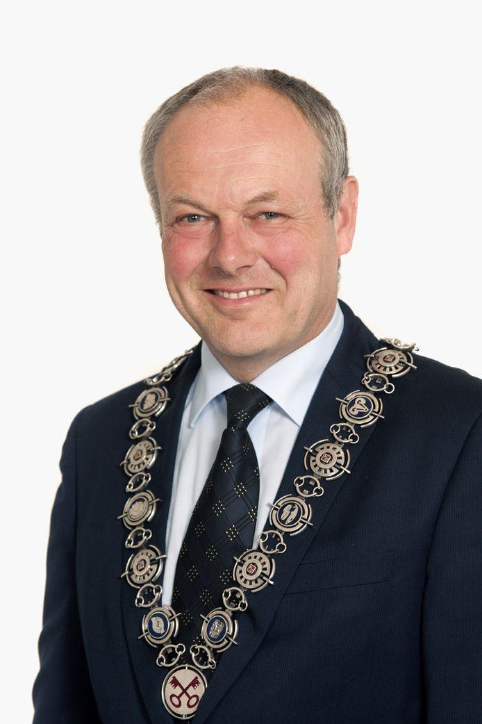 Burgemeester Henri Lenferink met zijn keten.