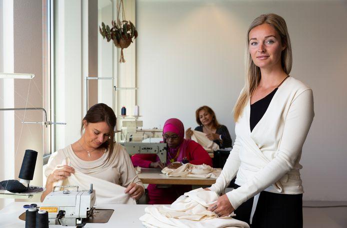 Bij Atelier Jungels in Den Haag wordt kleding op een duurzame manier geproduceerd. De medewerkers hadden een grote afstand tot de arbeidsmarkt.
