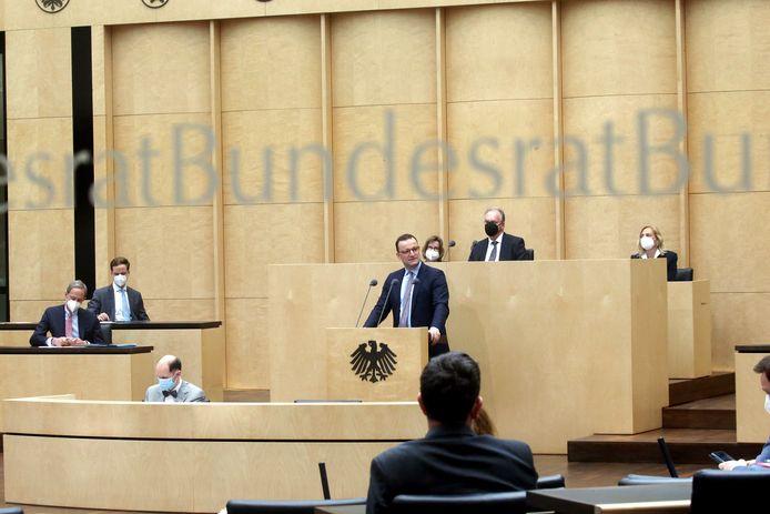 """Jens Spahn, de Duitse minister van Volksgezondheid, donderdag aan het woord in de Bondsraad in Berlijn. Hij benadrukte dat de coronasituatie in Duitsland """"extreem ernstig"""" is."""