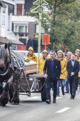 """Paard van garnaalvisser Johan (56) brengt hem naar laatste rustplaats: """"Pa, jij was ons grote voorbeeld"""""""