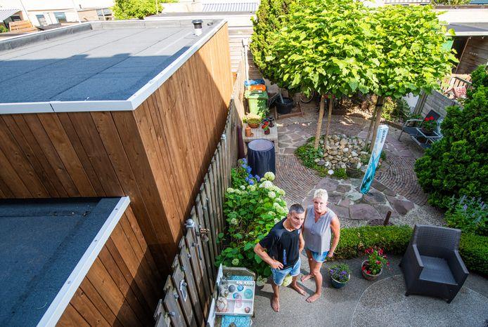 Voor Meindert en Trudy de Haas is de tuin plots een stuk minder fijne plek om te verblijven.