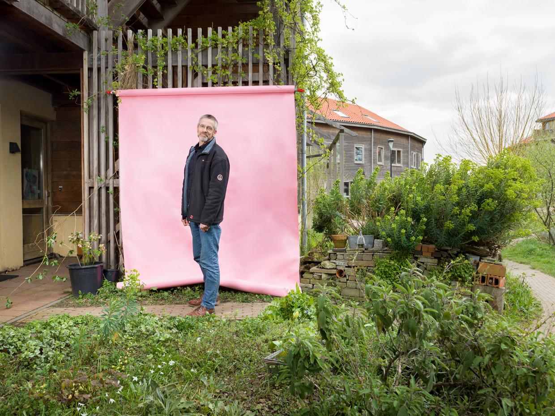 Bernard Smits bij Strobouwproject Iewan in Lent (Nijmegen). 'Als je collectieven de ruimte geeft om te bouwen, verdwijnt de winstprikkel.' Beeld Ivo van der Bent