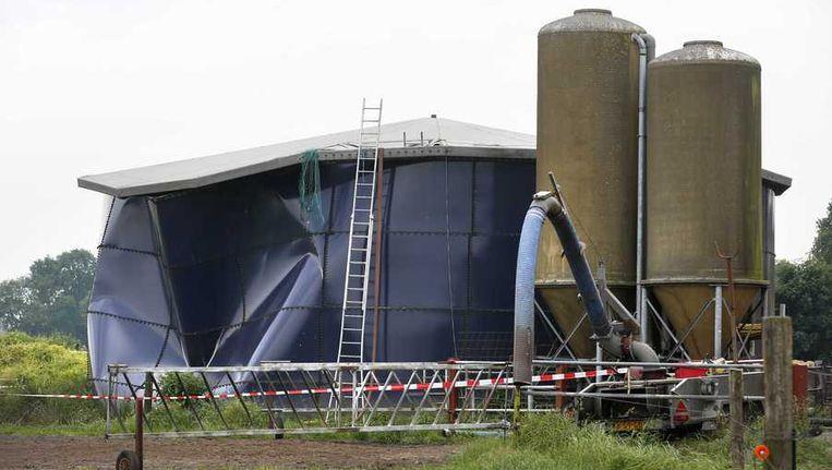 In de ongeveer 10 meter hoge silo zat een bodempje mest. Hulpverleners probeerden via een gat in de zijkant de slachtoffers uit de silo te halen Beeld anp