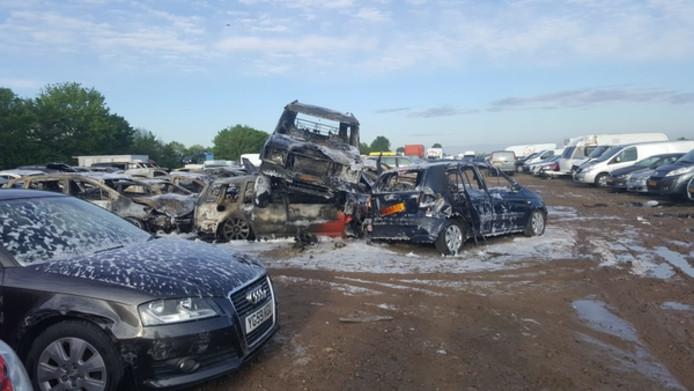 Bij de brand op autosloperij Ad Stouten in Oosterland gingen dertig wagens in vlammen op.