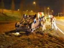 Beschonken bestuurder slaat over de kop bij knooppunt Ewijk