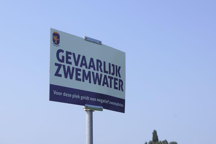 Een bord informeert mensen over de kwaliteit van het zwemwater.