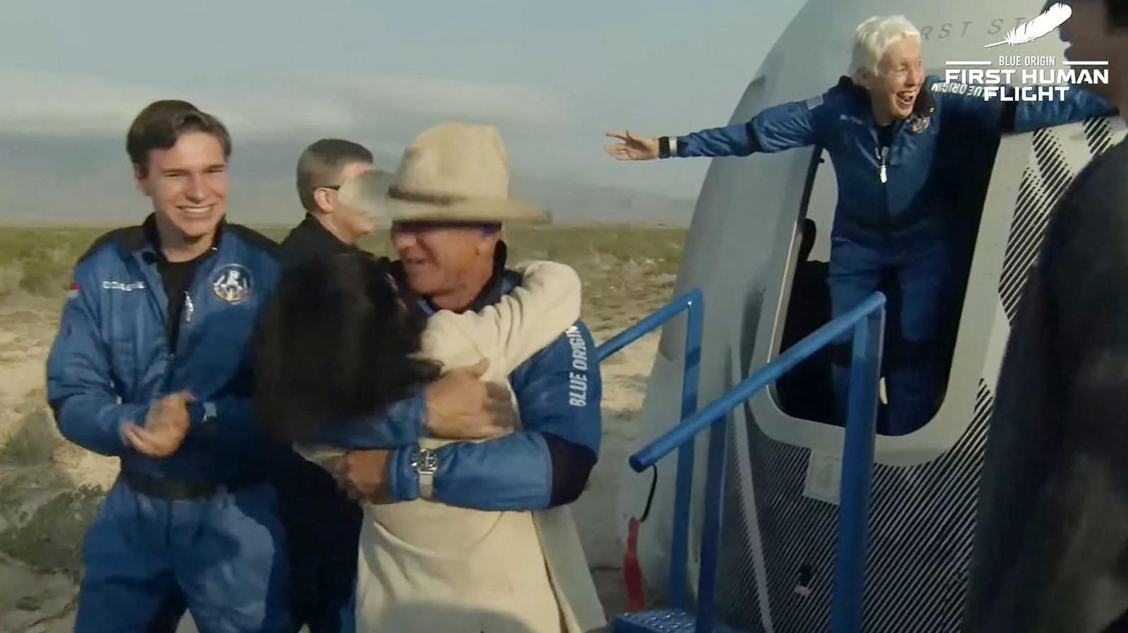 Oliver Daemen (links), Jeff Bezos (met hoed) en Wally Funk vlak nadat ze uit de ruimtecapsule zijn gestapt. Hun korte ruimtereis is geslaagd.