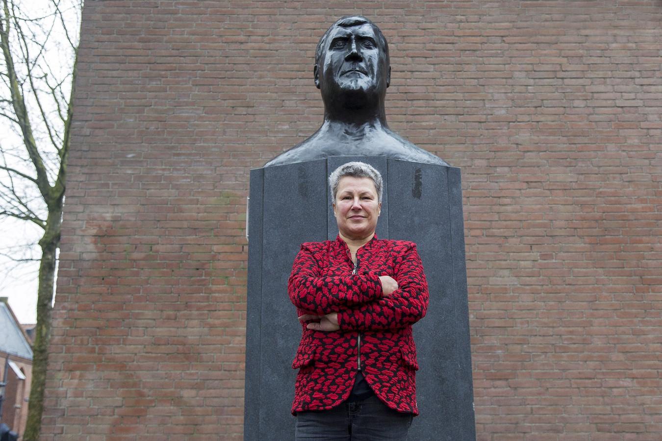 Seniorburgemeester van Wijk C, Corrie Huiding, maakte zich sterk om het standbeeld van Anton Geesink naar een betere plek in zijn geboortewijk te krijgen.