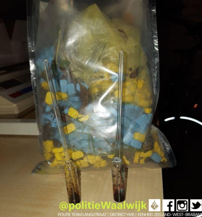 In de zak zaten blauwe en gele XTC-pillen.