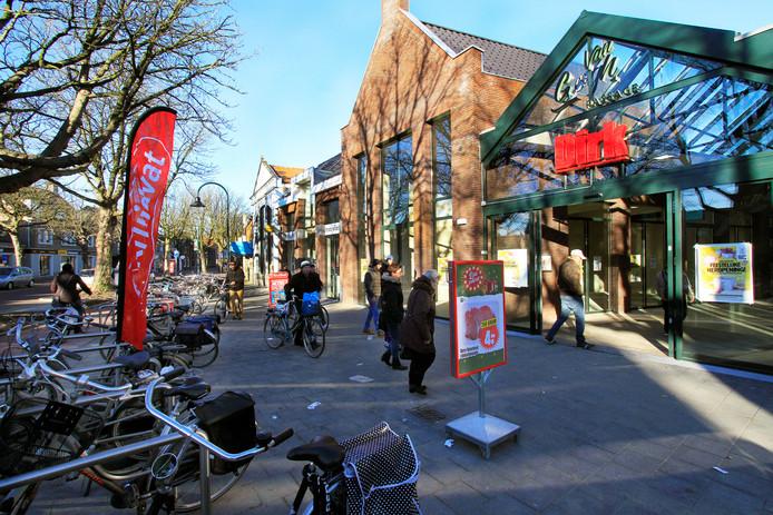 Door de komst van de DIRK-supermarkt, de passage en de fraaie bestrating heeft de Bisschopsmolenstraat meer allure gekregen.