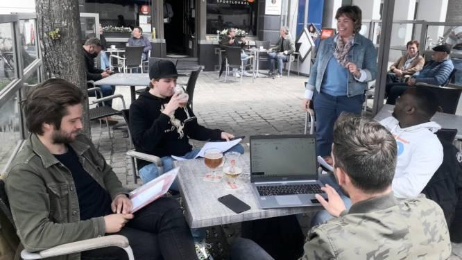Les wiskunde met een biertje erbij: lerares Marijke geeft uit protest les op terras