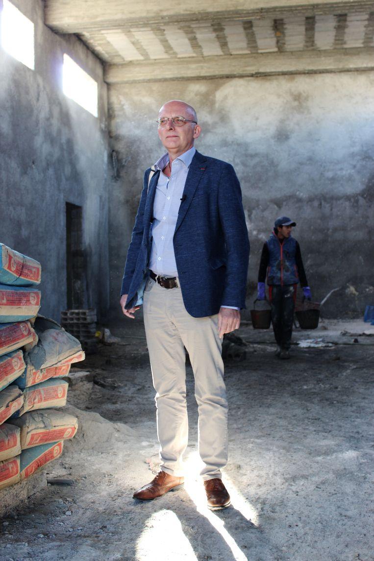 Philippe  Vansteenkiste in de rechtbank in aanbouw in Noordoost-Syrië. Beeld L. Co.