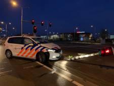 Politiewagen met spoed ramt verkeerslicht bij Velddriel