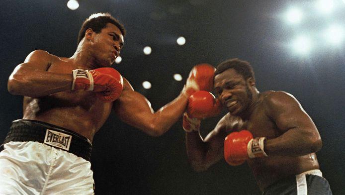 Joe Frazier (rechts) in 1974 in Madison Square Garden, New York, in een van zijn vermaarde gevechten met Mohammed Ali.