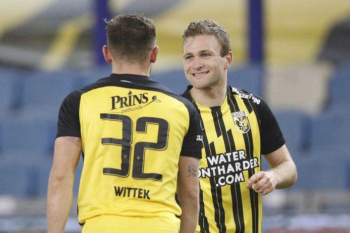 Sondre Tronstad krijgt de felicitaties na zijn eerste goal in het shirt van Vitesse.