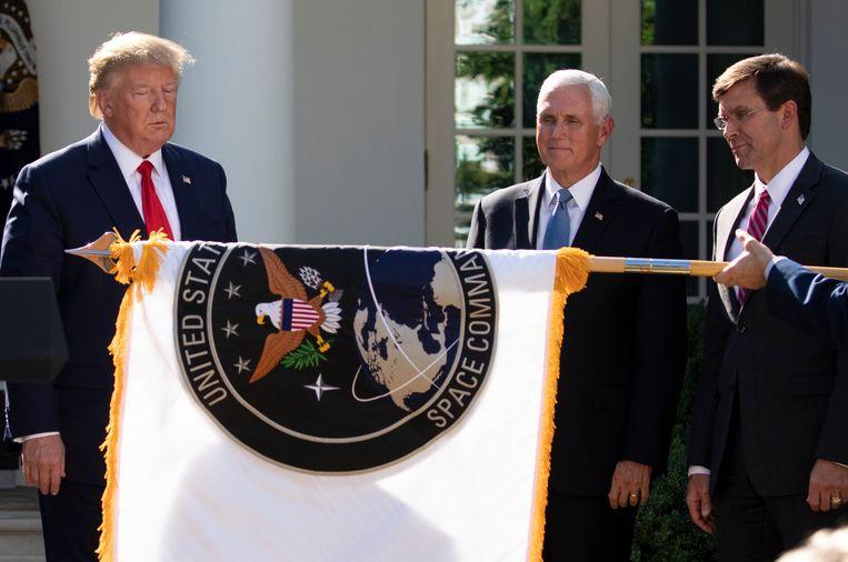 President Donald Trump, vice-president Mike Pence en minister van Defensie Mark Esper met de vlag van het US Space Command. Beeld AP
