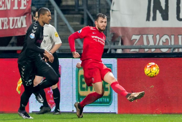 Stefan Thesker in duel met FC Utrecht-speler Sebastien Haller.