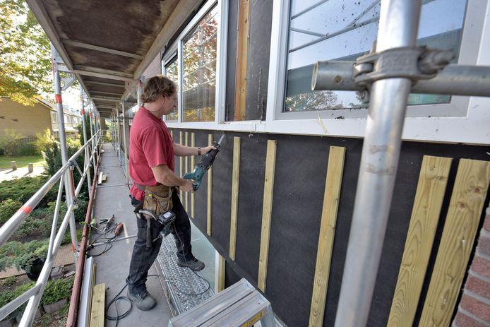 Isolatie van gevels van woningen is een manier om woningen te verduurzamen.