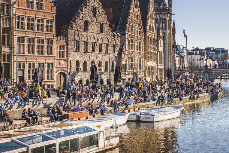 Ook op de Graslei in Gent kwamen veel mensen genieten van de aangename temperaturen. Beeld Wannes Nimmegeers