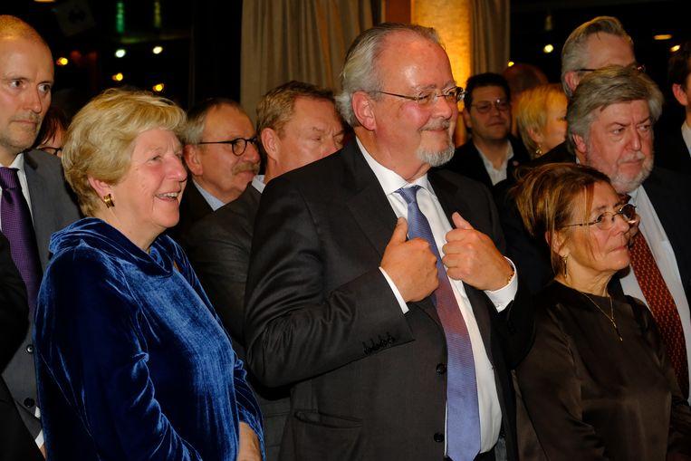 Veerle en Marc Van Peel luisteren geamuseerd naar de toespraken.