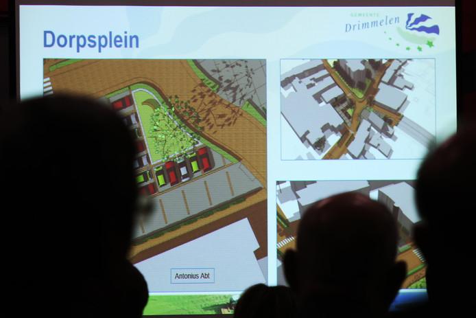 Archieffoto van presentatie van plannen voor nieuwe centrumroute Terheijden in De Cour.
