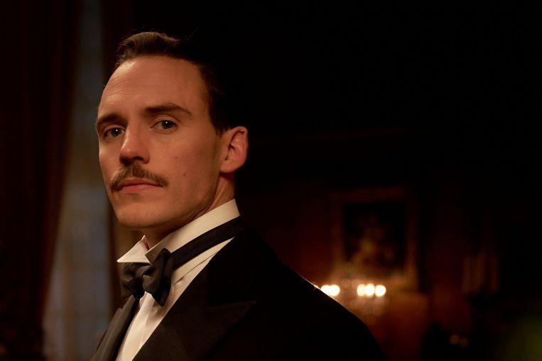 Sam Claflin als Oswald Mosley in het vijfde seizoen van Peaky Blinders. Beeld
