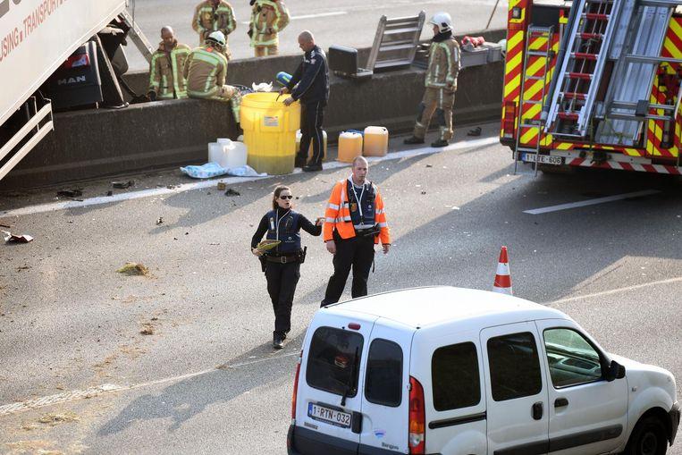 De politie schrijft bestuurders, die de ravage filmen, op. Zij kunnen zich aan een boete verwachten. Beeld Patrick Vertommen