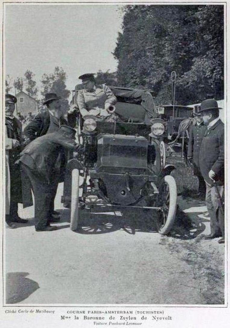 Hélène baron van Zuylen van Nyevelt bij het vertrek van Parijs-Amsterdam-Parijs. Beeld Alamy Stock Photo