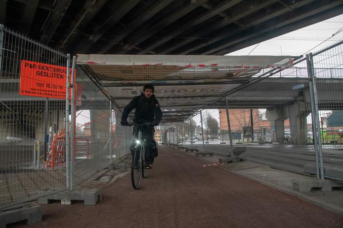 Een tunnel met zeilen beschermt fietsers en voetgangers die onder het viaduct willen.