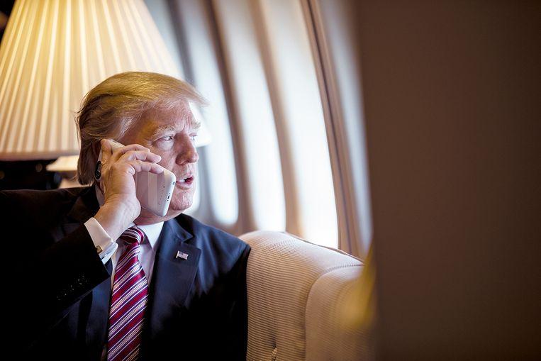Donald Trump aan de telefoon. Hij zette een bestuurder onder druk: vind 11.780 stemmen.  Beeld The White House