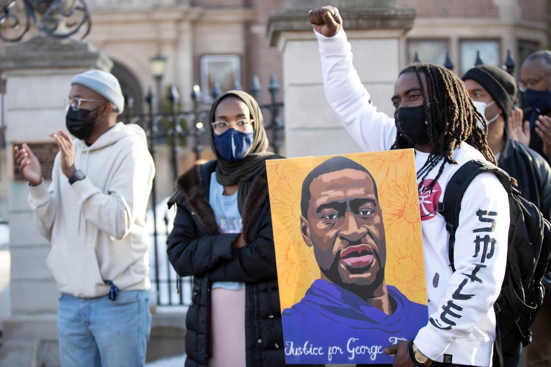 Betogers met 'Justice for George Floyd'-pancartes komen de straat op in Minnesota.  Beeld Photo News