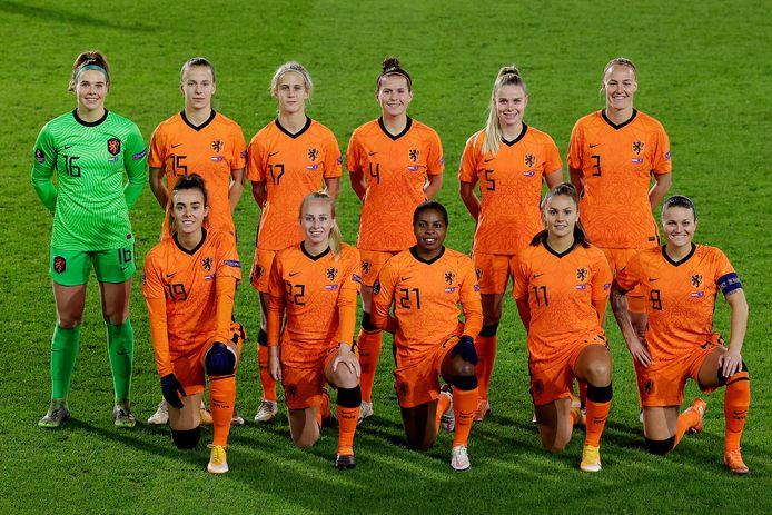 De Oranjevrouwen voor aanvang van het duel met Kosovo.