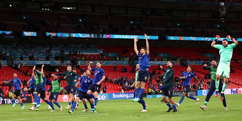 Italië viert de na verlengingen gewonnen wedstrijd tegen Oostenrijk. Beeld EPA