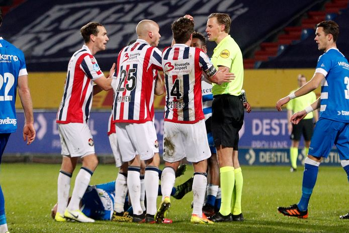 Willem II-spelers beklagen zich bij scheidsrechter Sander van der Eijk nadat hij een directe rode kaart heeft gegeven aan Kwasi Wriedt.