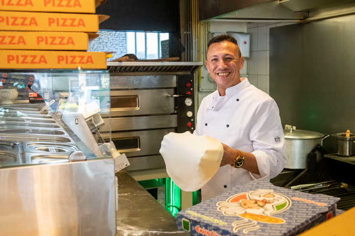 Ayman Khallaf (foto) runt samen met Dhuha Akram Omar Omar een pizzeria in Nieuwleusen. Ze liggen echter steevast overhoop met de gemeente Dalfsen.