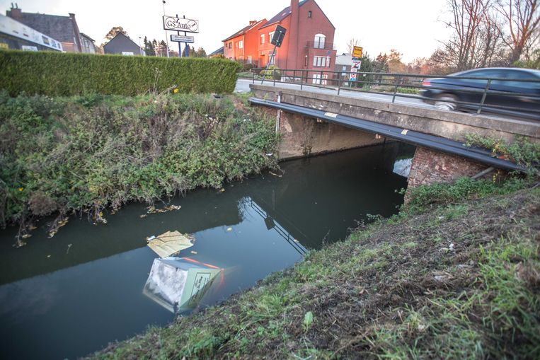 De loodzware automaat werd in de Bellebeek geduwd.