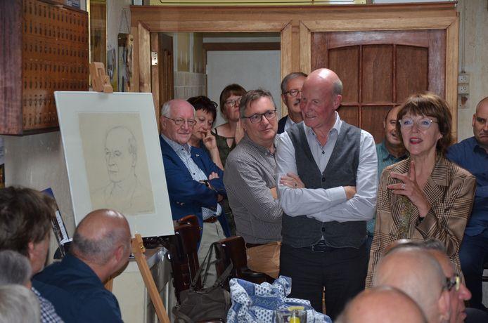 Als afscheidscadeau kreeg de stadsarchivaris een pentekening van kunstenares Anne van Herreweghen.
