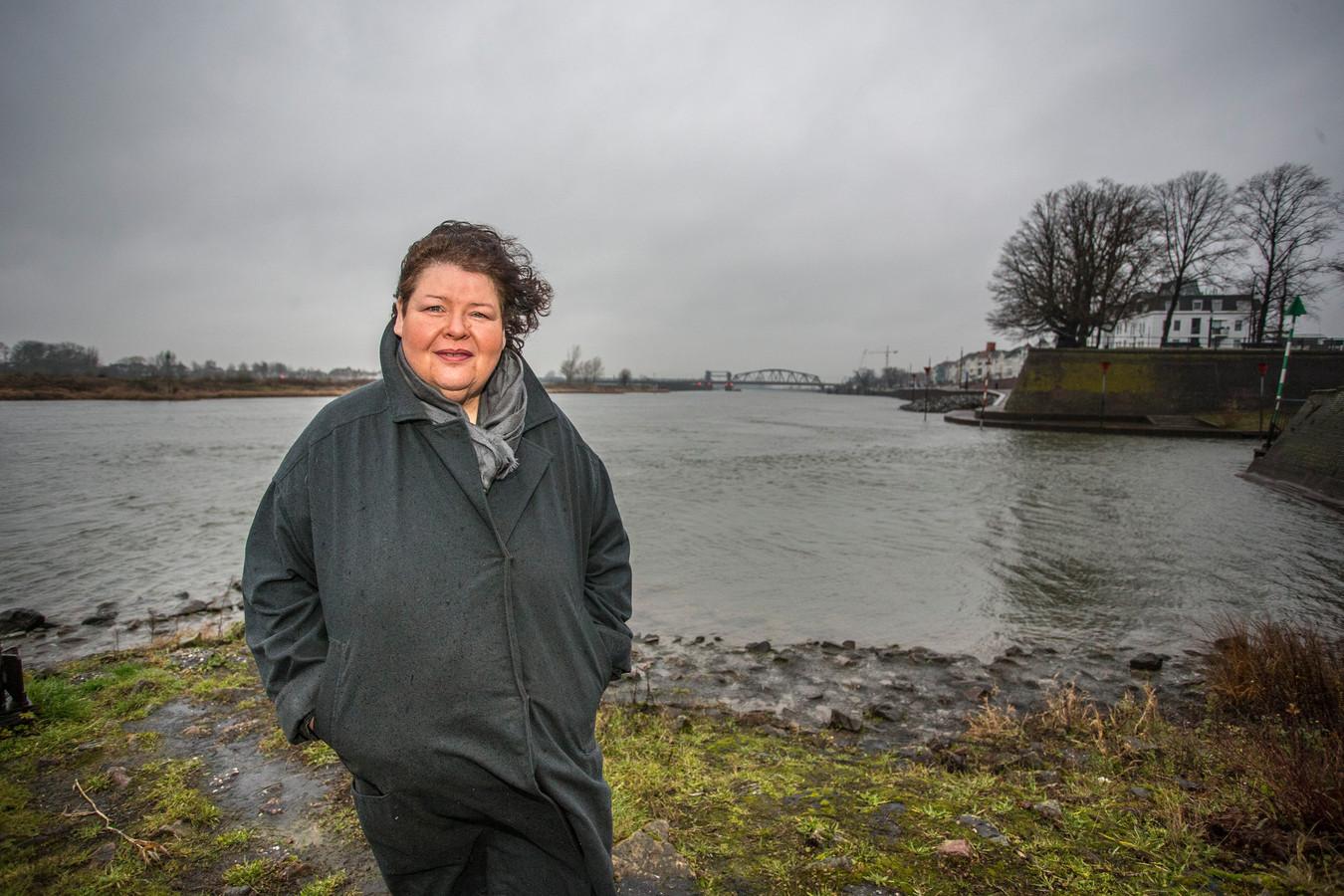 Hanneke Siebelink uit Zutphen verkoopt vanaf 2021 kleding gemaakt van plastic uit de IJssel. Voor haar kledinglijn 'River Fashion' gebruikt de Zutphense plastic afval uit de rivier.