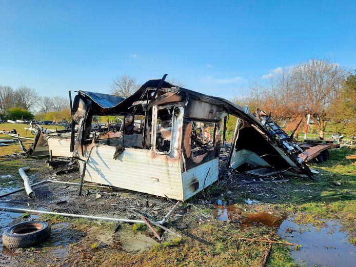 Er is niet veel overgebleven van de twee stacaravans die zondag in brand stonden op Camping Polsmaten.