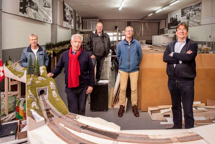 Verenigingen hebben gratis tijdelijk onderdak gekregen in Loods 11, foto in de ruimte waar Baroniespoor mag bouwen.  vlnr bestuur; Ton van Etten, Frans van Ham, Jack Tijs, Leo Raats (Baroniespoor) en Gerd Putter