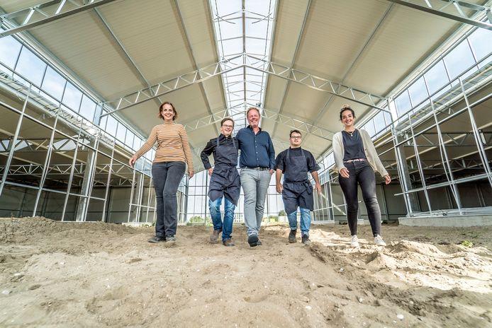 De Firma van Buiten krijgt een nieuw onderkomen op de Thijsseweg. Femke (links) en Anne Kleijweg flankeren bouwer Richard Jongeneelen en twee van hun culinaire helden.