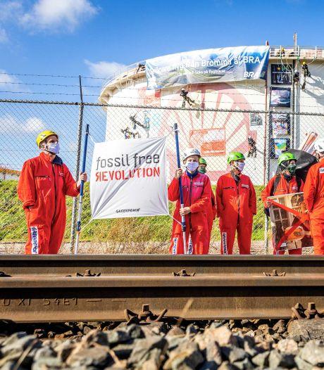 La police stoppe le blocage d'une raffinerie de Shell à Rotterdam par Greenpeace