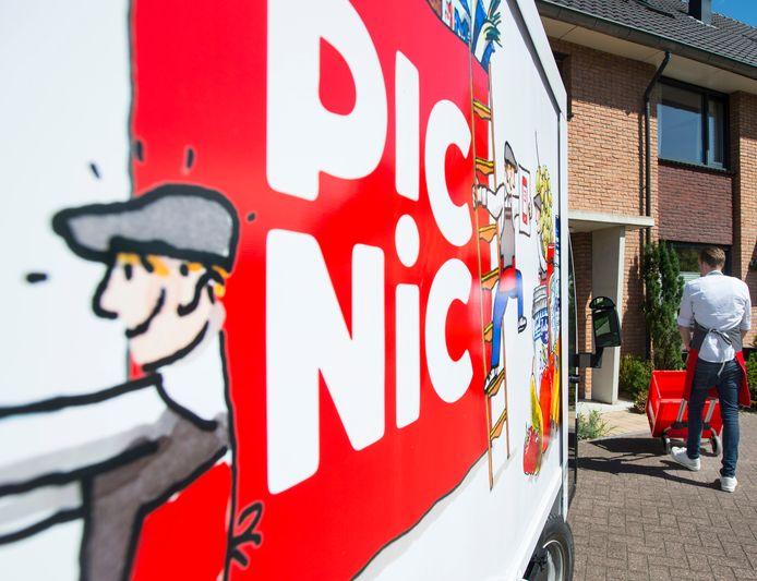 Een medewerker van onlinesupermarkt Picnic bezorgt een bestelling bij iemand thuis.