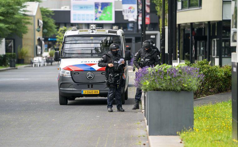 Zwaarbewapende agenten maandagavond op het Mediapark in Hilversum.  Beeld ANP