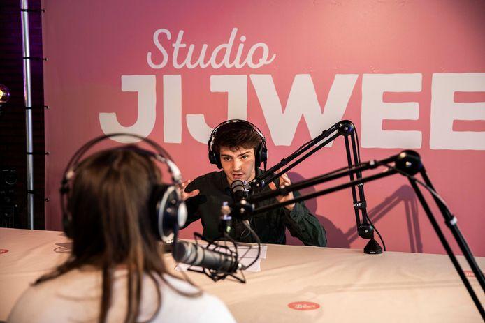 Acteur Nathan Naenen gaat voor Studio JIJWEET in gesprek met jongeren in jeugdinstellen over heel Vlaanderen, maar ook in Hasselt.