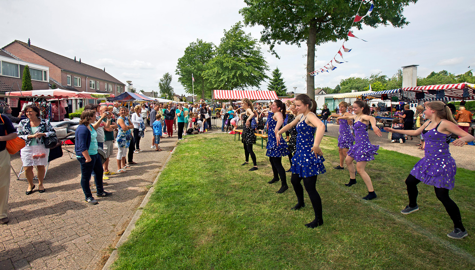 Het Midzomernachtfeest in Dorst is al jaren begrip in het dorp. Zoals deze danseressen in 2013 laten zien.