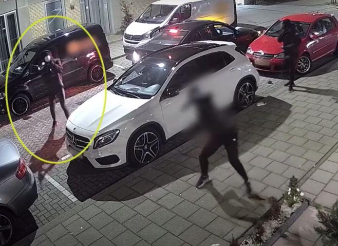 Bij een van de mannen is een wapen te zien en het lijkt alsof hij ermee op de woning schiet.