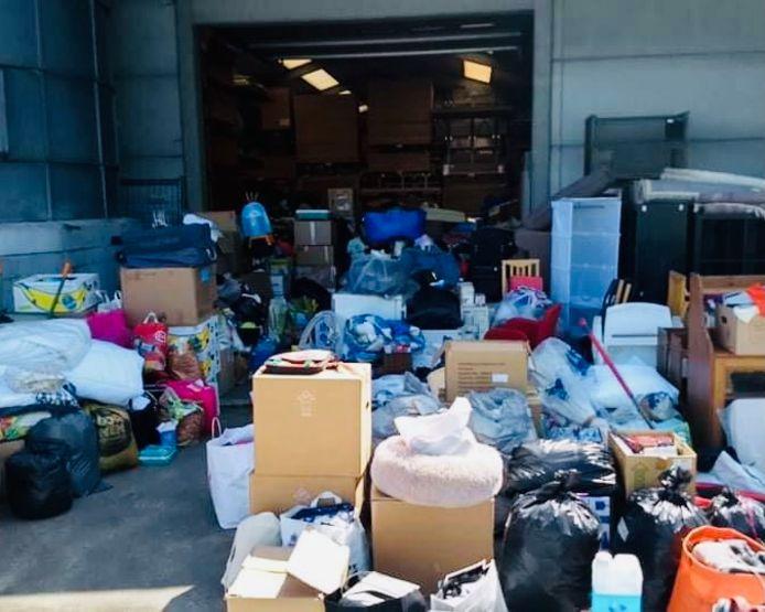 De vrijwilligers van SOS Belgium - Klein-Brabant vullen minstens twee vrachtwagens met hulpgoederen voor de slachtoffers van de zondvloed.