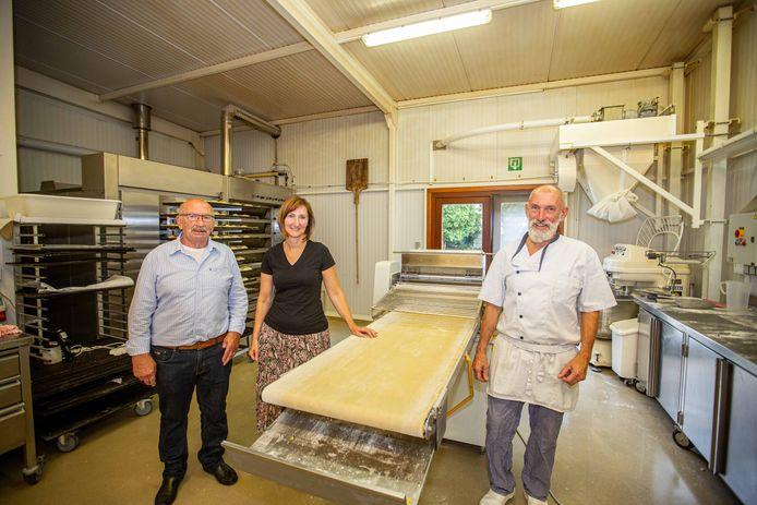 Severin Nevens (75) met kinderen Anita (47) en Jean-Paul (54) in de bakkerij.